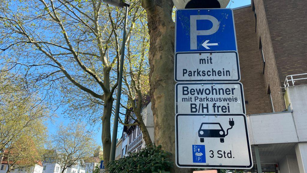 Elektroauto-Fahrer dürfen hier mit der Parkscheibe für 3 Stunden parken...