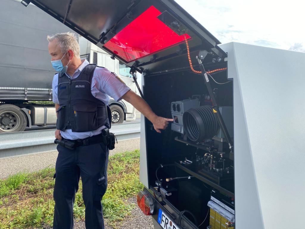 An der BAB 5 bei Bad Krozingen stellte die Polizei Freiburg den Enforcement Trailer vor!