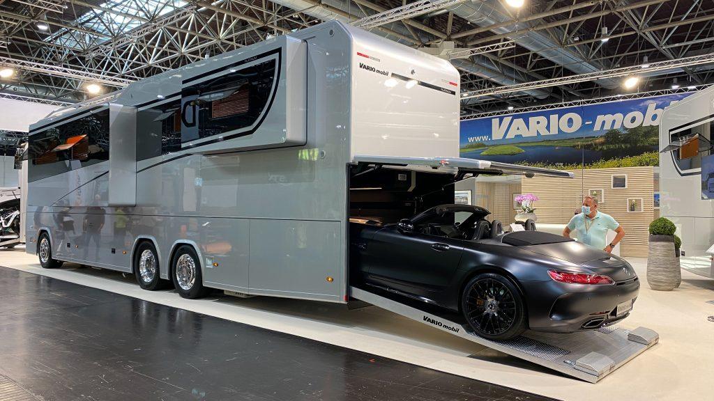 Eines der Highlights vom Caravan-Salon 2020! Ein Wohmobil mit Garage für den Sportwagen