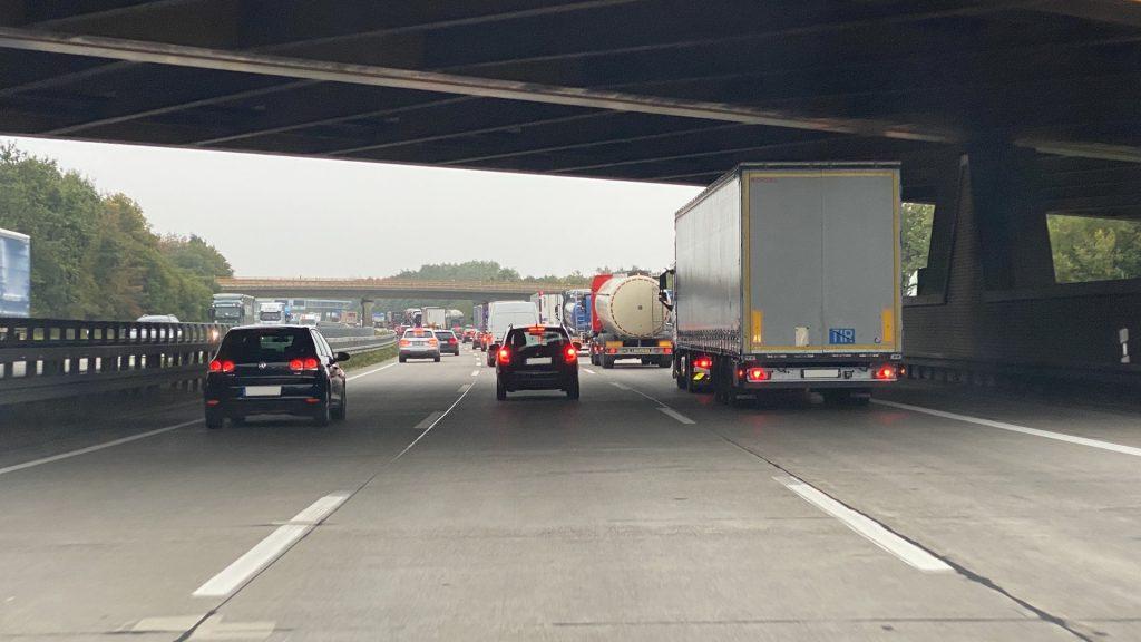 Rettungsgasse bilden bei drei Fahrspuren