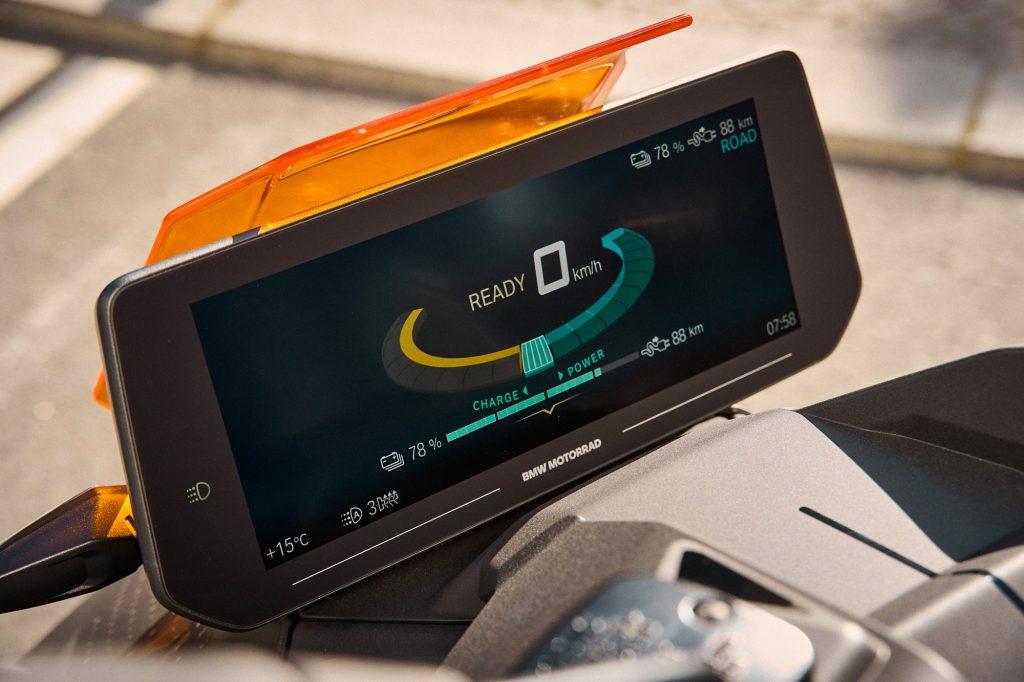 Der BMW CE 04 bekommt ein großes Infotainment-Display mit Navigation!